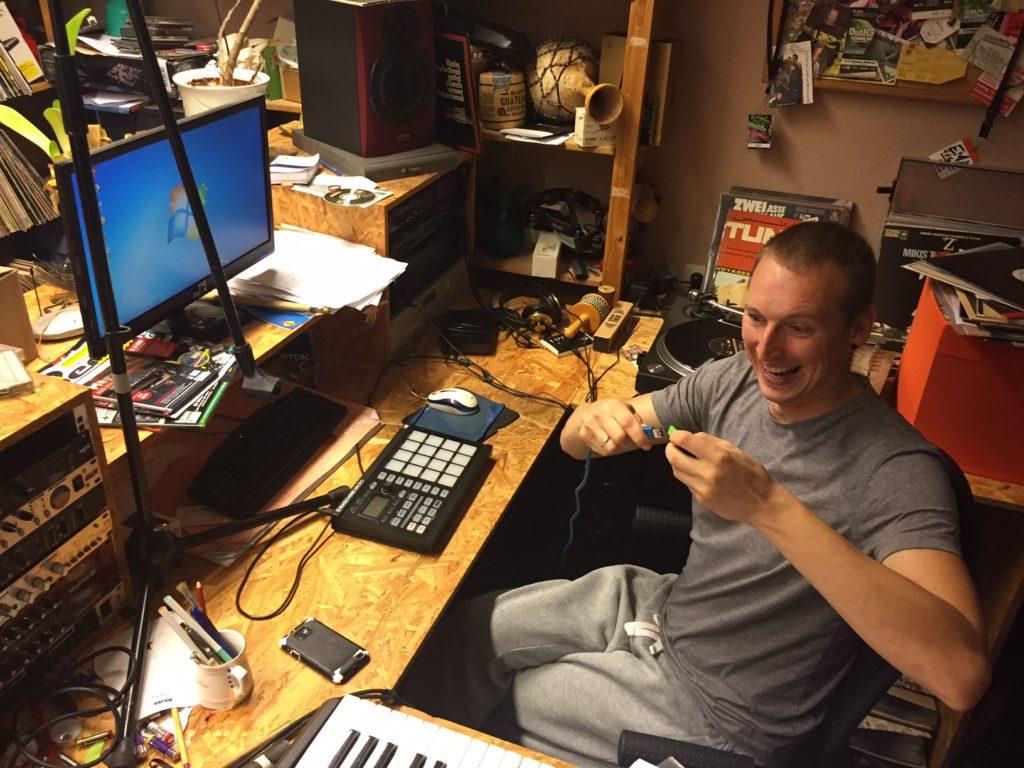 Niels schließt den heiligen USB-Stick an.